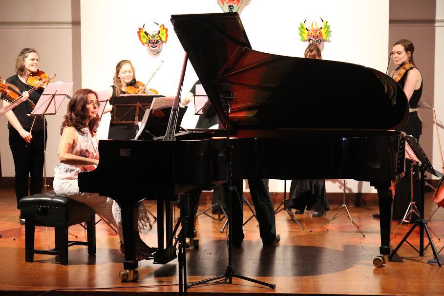 La pianista Clara Rodríguez, junto a la orquesta durante el concierto. Sergio Gómez.