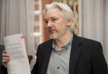 Julian Assange, fundador de WikiLeaks en la embajada de Ecuador en Londres.