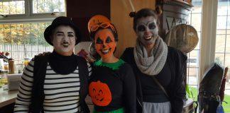 Familia Gómez celebrando Halloween.
