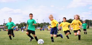 Niños jugando al fútbol. Imagen de archivo.
