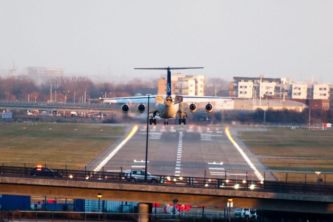 Avión aterrizando en el aeropuerto de la City de Londres. Imagen de archivo.