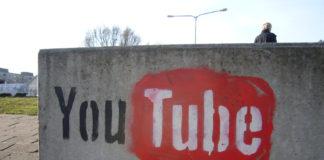 Una youtuber enfadada dispara en Youtube. Imagen de archivo.