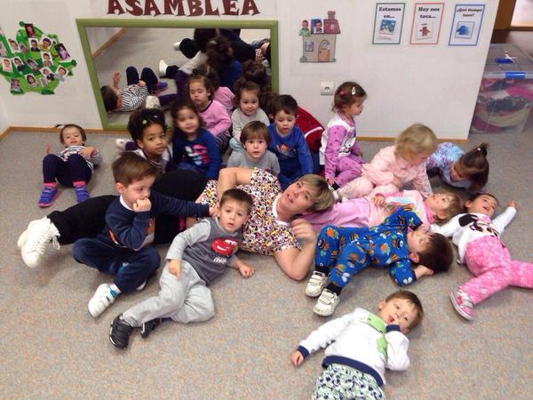 Niños en pijama en la escuela