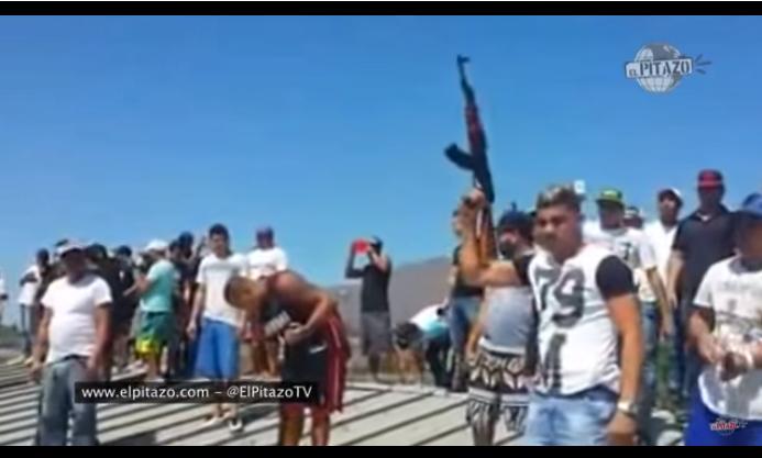 Los presos de la cárcel de Margarita disparan al aire rindiendo homenaje a