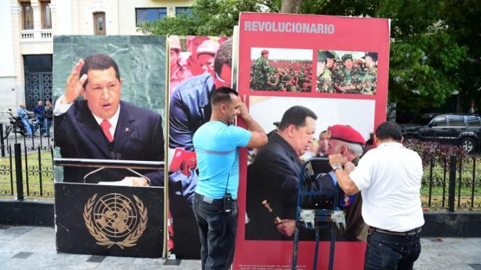 Retiran cuadros de Hugo Chávez