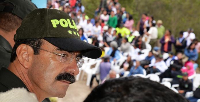 Investigan a jefe de la policía en Colombia por supuesta vinculación con red de prostitución.