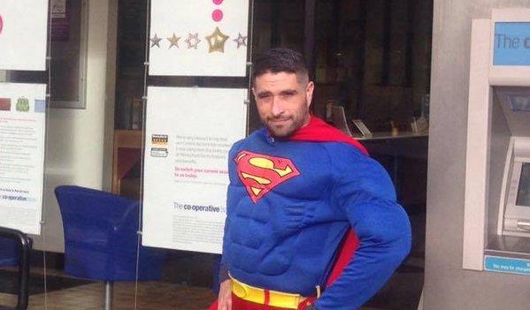 Antonio Cortés vestido de Superman salvó a una mujer en Gloucester. Vía @alexlovelltv
