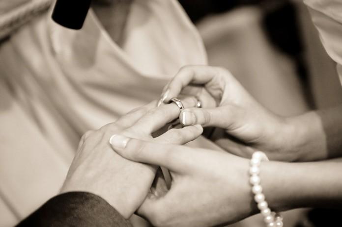 350 parejas se casan en Manila para celebrar San Valentín.