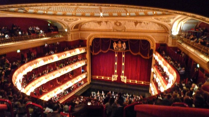 Obra del Royal Opera House recibe quejas por su contenido violento.