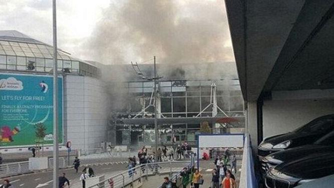 Desalojan el aeropuerto de Bruselas por doble explosión. www.noticias.lainformacion.com
