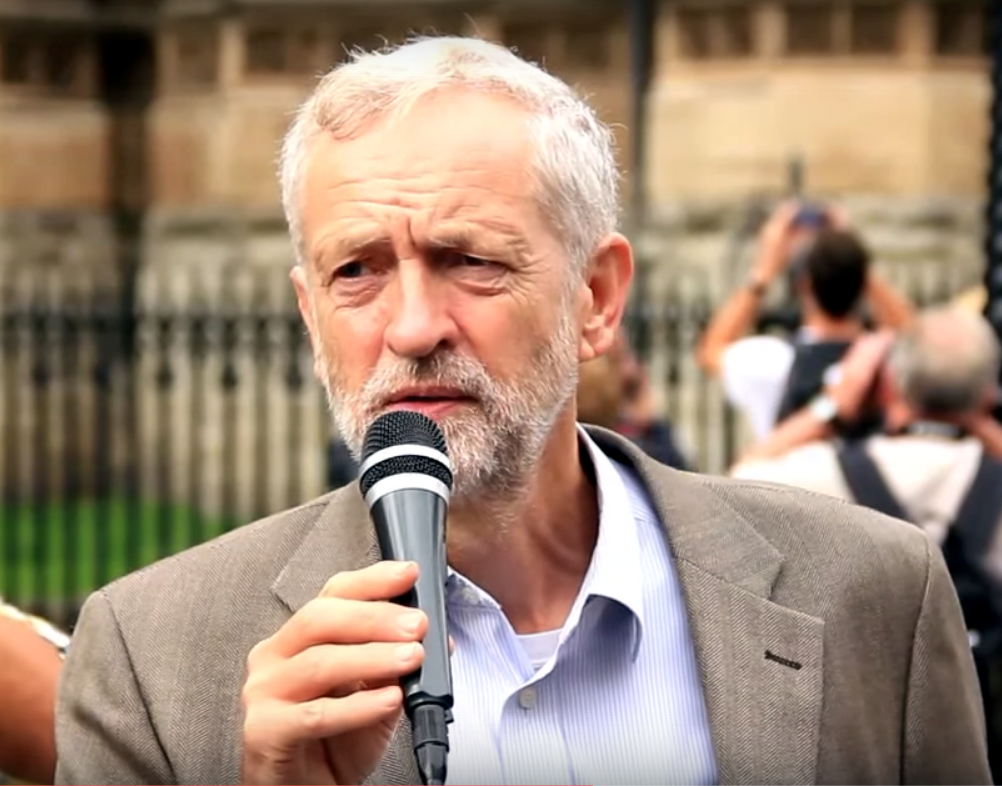 Jeremy Corbyn dice que miles de personas mueren por la contaminación.