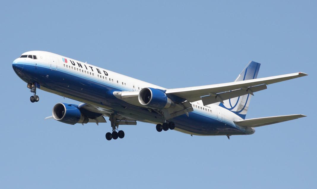 Devuelven avión por pasajero que quería hacer yoga.