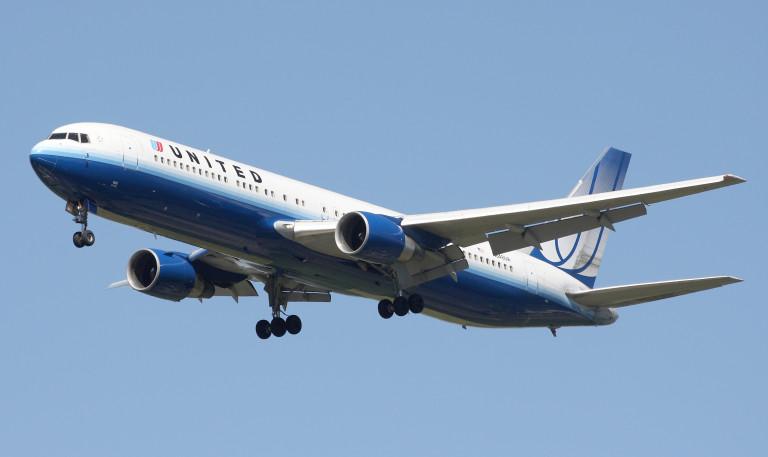 Devuelven avión por pasajero que intentaba hacer yoga