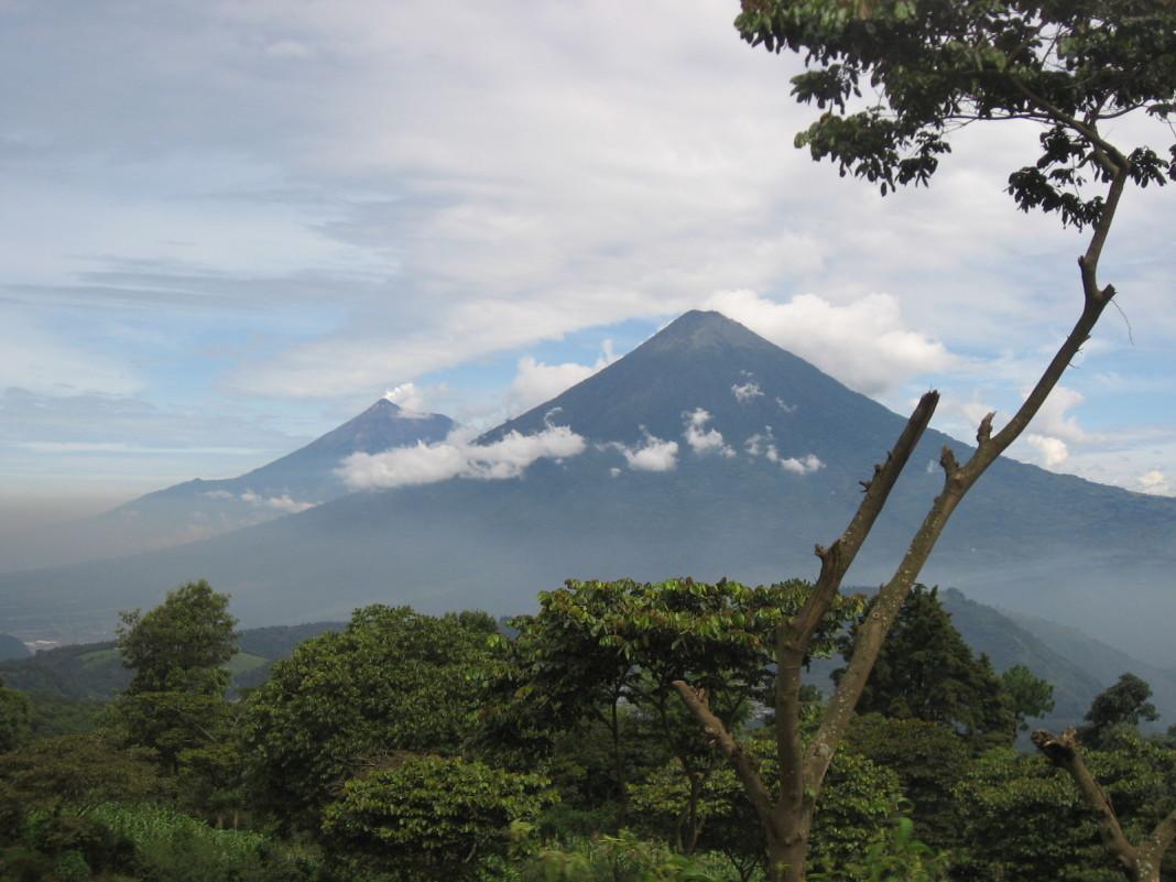 El Volcán de Fuego entra en erupción.