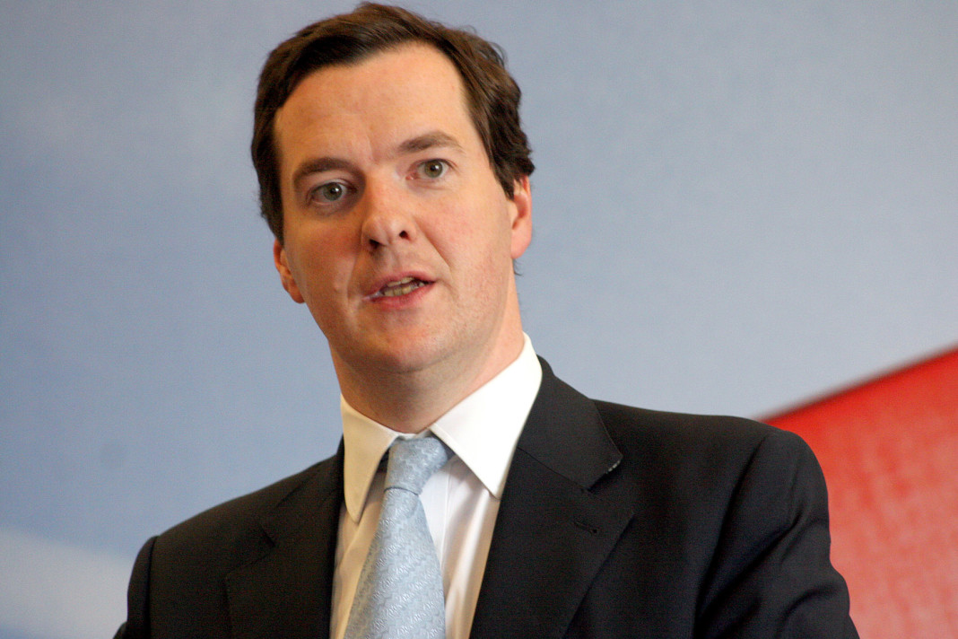 El canciller, George Osborne, critica al alcalde de Londres, Boris Johnson.
