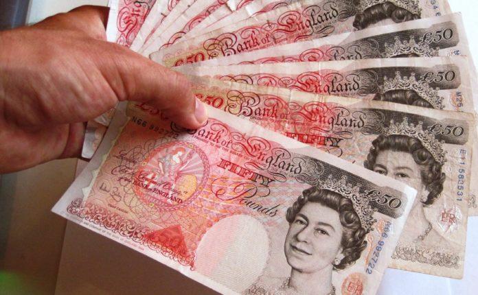 Los padres admiten que ayudan a pagar las cuentas a sus hijos profesionales