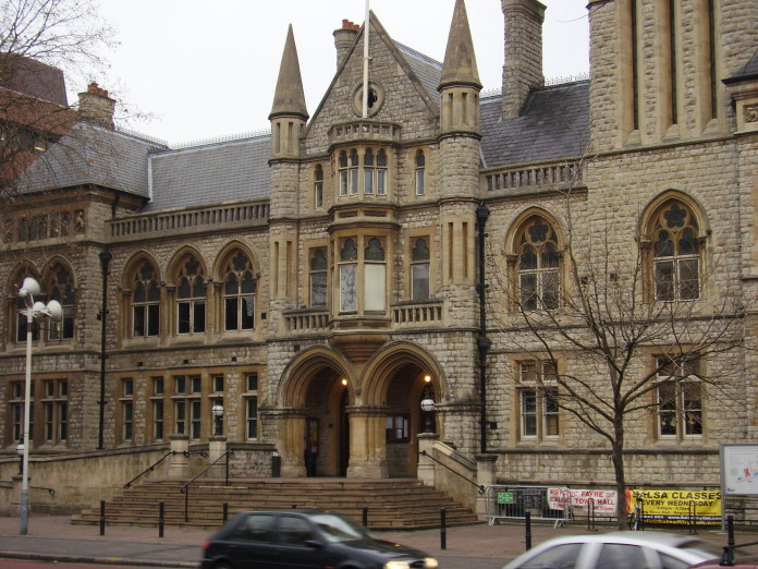 Director de una escuela de Ealing admite tener pornografía infantil. Imagen de archivo de Ealing Town Hall.