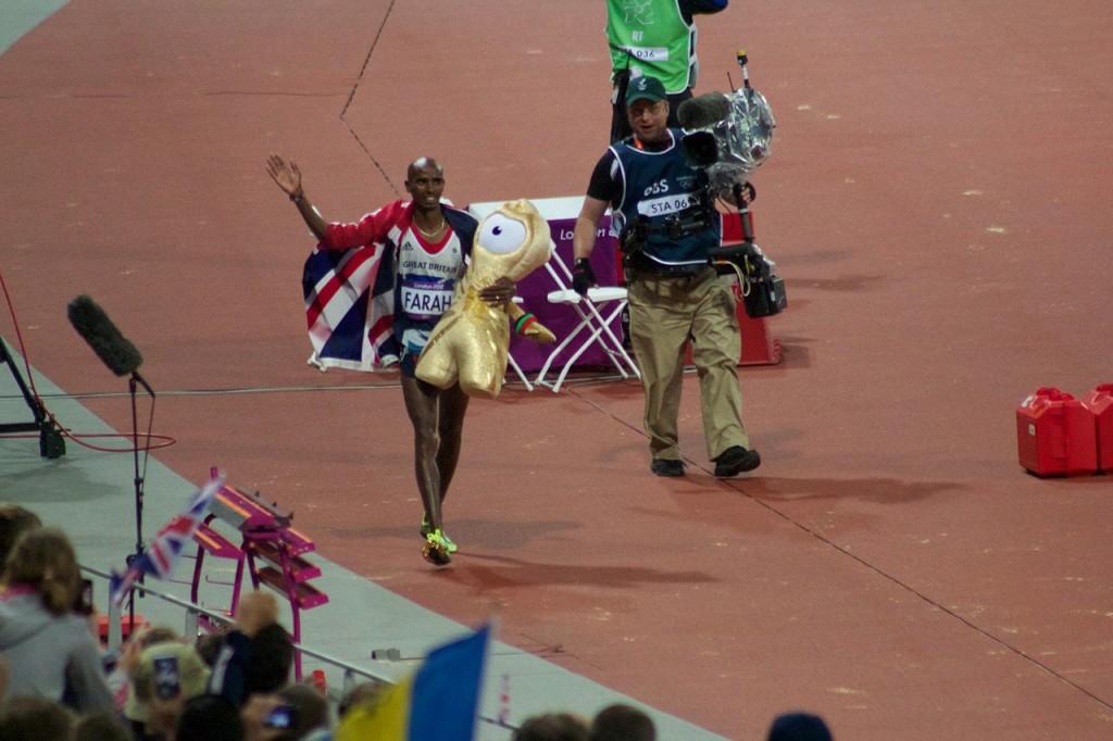 Mo Farrah y Wenlock, mascota de las Olimpiadas de Londres