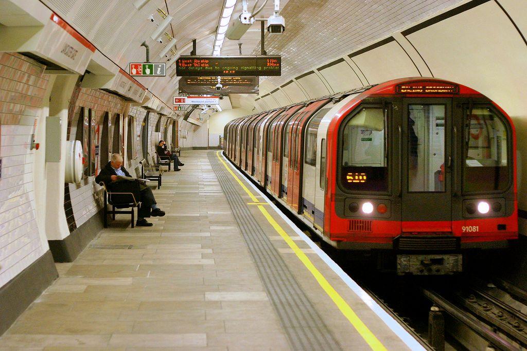 Un nuevo mapa del metro de Londres muestra las estaciones con baño