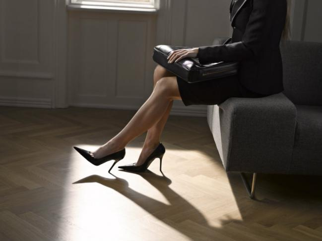 Petición para erradicar una norma de llevar zapatos altos al trabajo alcanza las 100 mil firmas