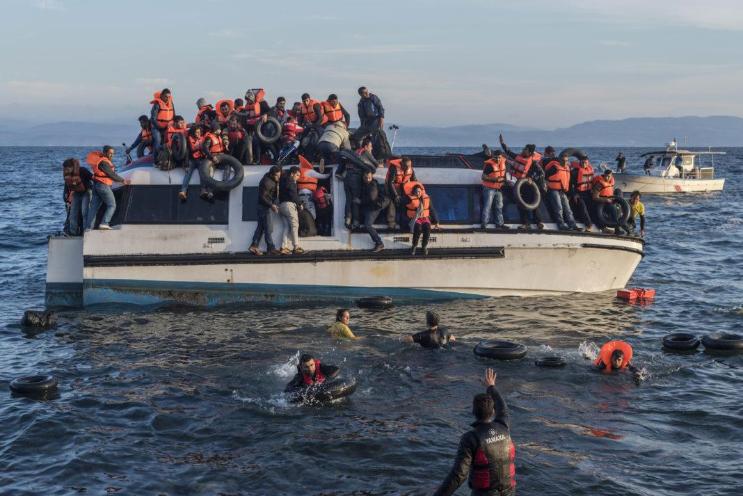 Refugiados en el mar. Imagen de archivo
