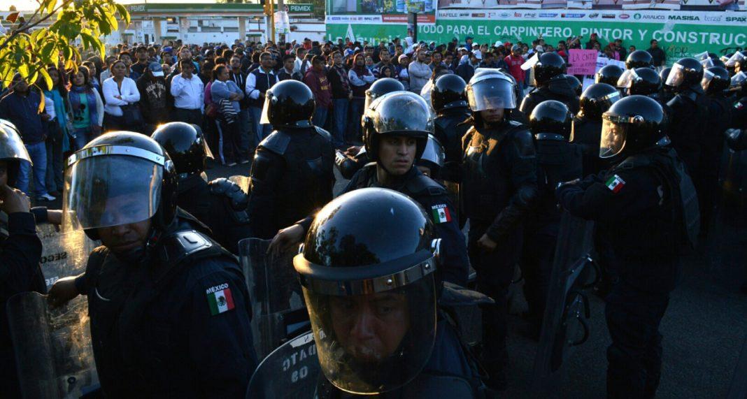 Enfrentamientos entre policías y profesores en Oaxaca. e-oaxaca.com