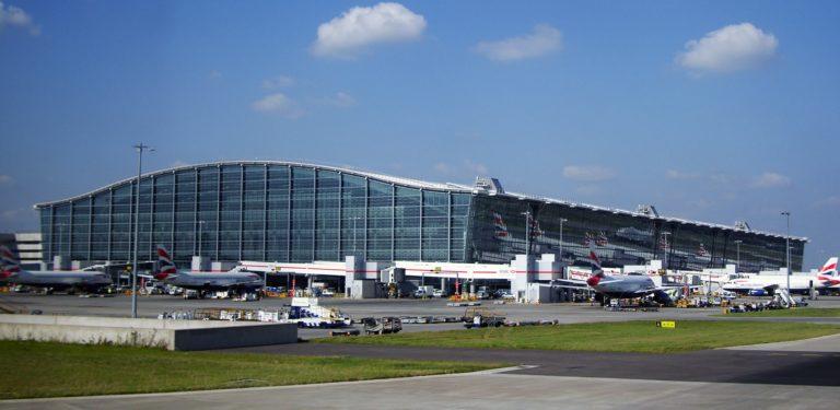 Evaluarán sistema de venta de alcohol en los aeropuertos del Reino Unido