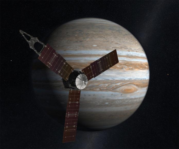La sonda espacial Juno en frente de Júpiter