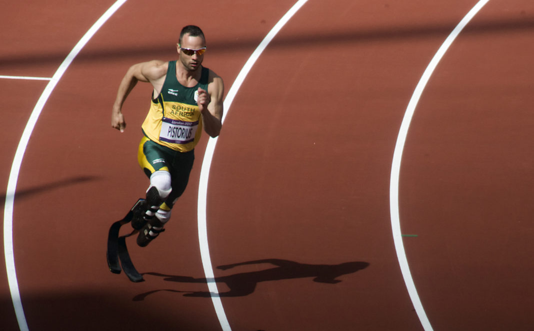 Condenan al atleta Oscar Pistorius a seis años de cárcel por asesinato.