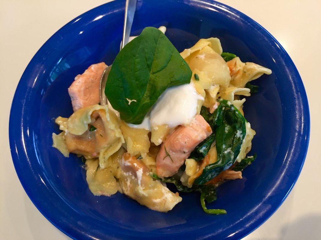Tortelloni con salmón, espinacas y salsa de yogur.
