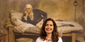 La pianista Clara Rodríguez junto a un cuadro de Francisco de Miranda. Sergio Gómez.