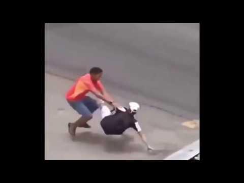 Un hombre lucha en el suelo por sus posesiones. Youtube.