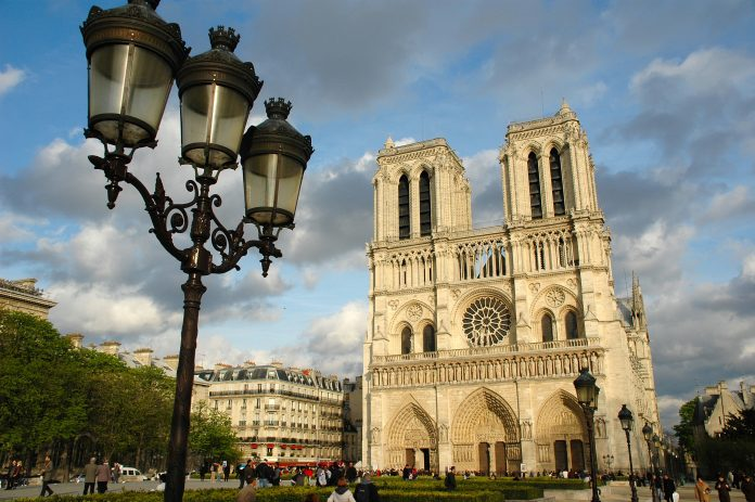El coche con las bombonas y el gasóleo fue encontrado en las cercanías de Notre Dame. Imagen de archivo.