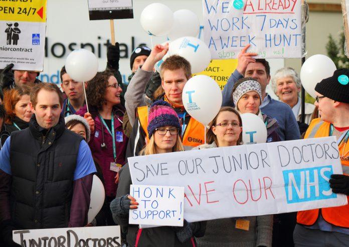 Doctores Junior en una huelga. Imagen de archivo.