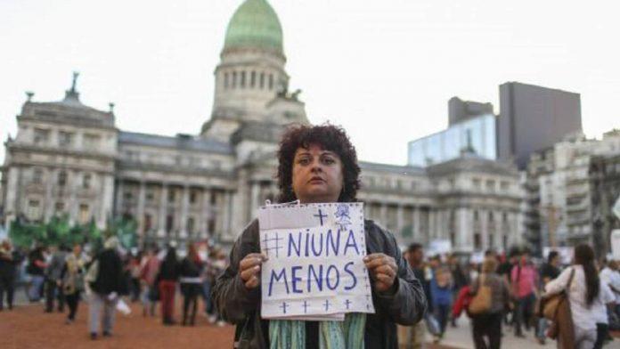 Miles de mujeres marchan de negro en Argentina en protesta por la violación y asesinato de una una joven. CaraotaDigital.