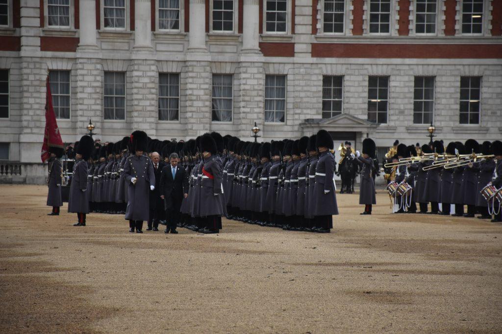 El presidente Santos junto al duque de Edimburgo pasando revista a la Guardia de  Honor. Elizabeth Santana.