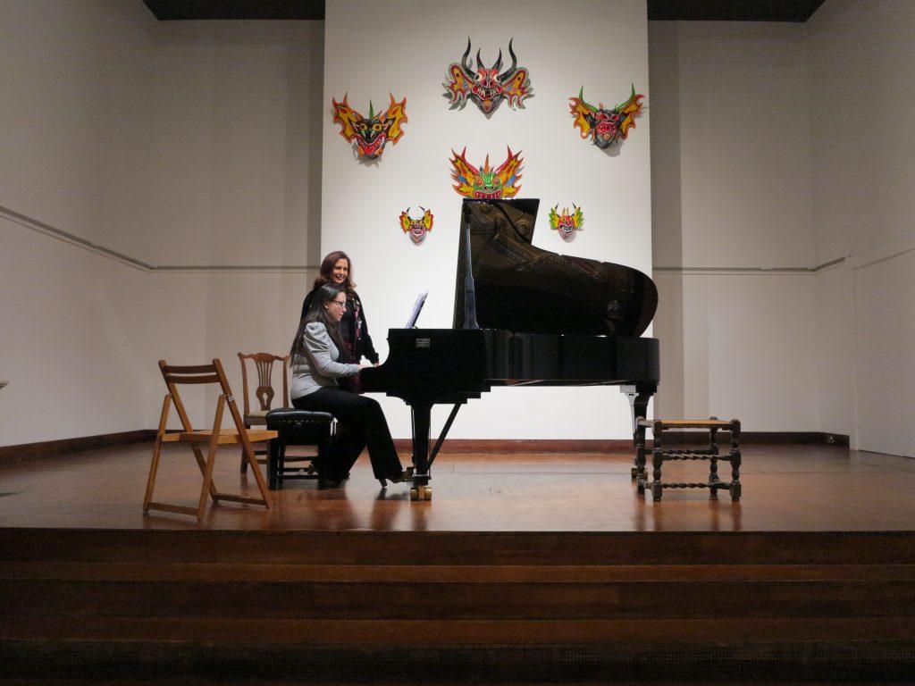 Helen Graisher-Hernández y Clara Rodríguez, durante un ensayo del concierto. Aculco Media.