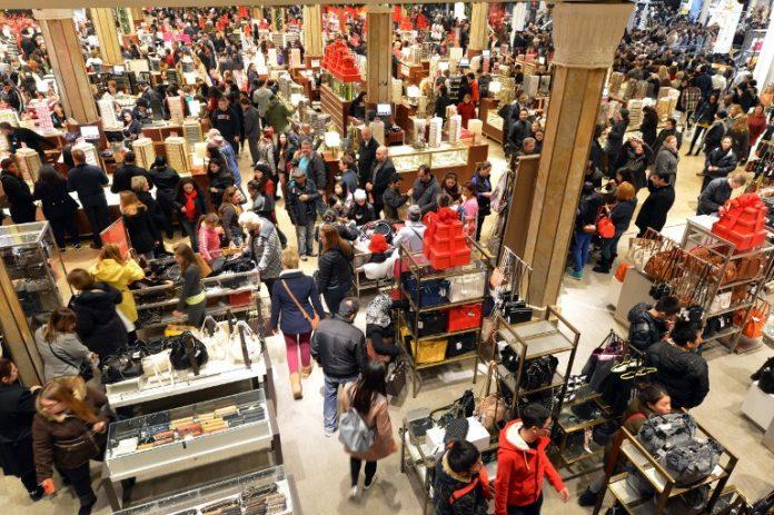 Grandes almacenes durante un Black Friday. Imagen de archivo.