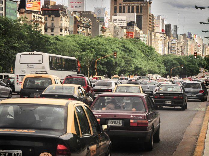 Las personas que viven cerca de carreteras transitadas tienen más riesgo de sufrir demencia. Imagen de archivo.