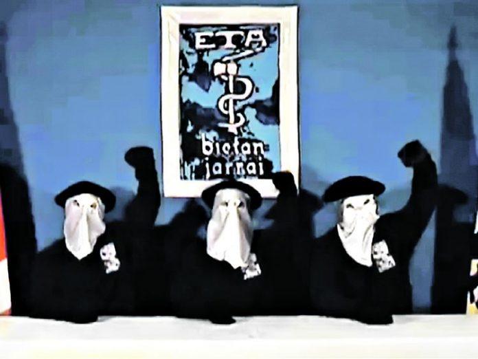 Miembros de la banda terroristas ETA encapuchados. k--k.club