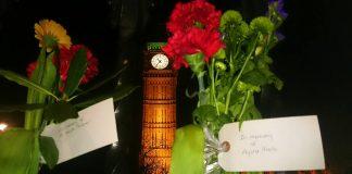 Flores que recuerdan a las víctimas, el policía Keith Palmer y la profesora española Aysha Frade. Andrea Gurau.