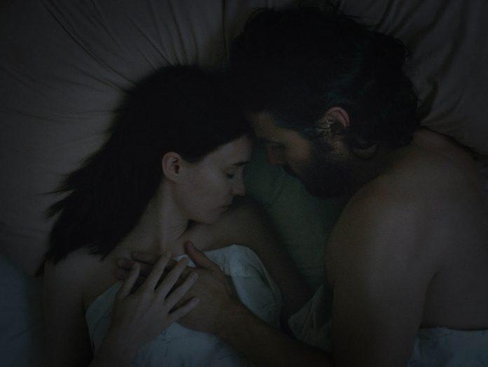 Rooney Mara y Casey Affleck en A Ghost Story.