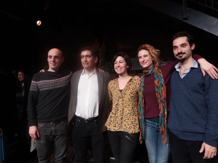 De izquierda derecha: Álvaro Ramos, Juan Mayorga, Paula Paz, Lara Grube y Jaime Menéndez, en la noche de la prensa de La Tortuga de Darwin. Gloria Gómez.