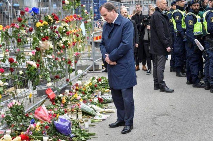 El primer ministro sueco, Stefan Lofven, visitando este sábado el lugar del ataque. Demo Ikuna.