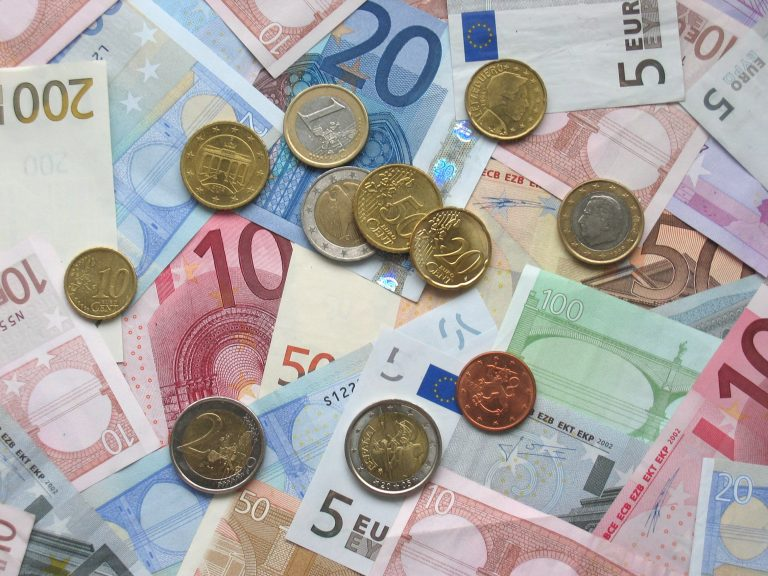 La UE plantea un presupuesto común y eurobonos para reforzar el euro