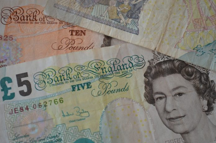 El viejo billete de cinco libras dejará de estar en circulación este viernes. Imagen de archivo.