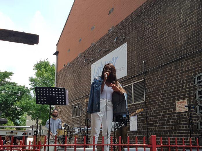 Una de las artistas que han participado en el concierto este domingo en Latimer Road. Andrea Gurau.