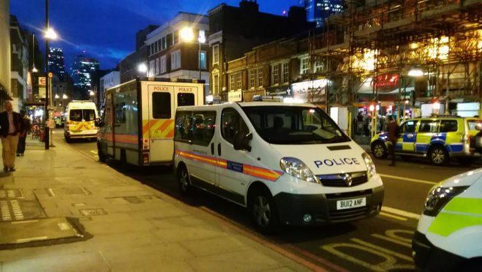 Coches de policía estacionados en los alrededores de London Bridge. Elizabeth Santana.