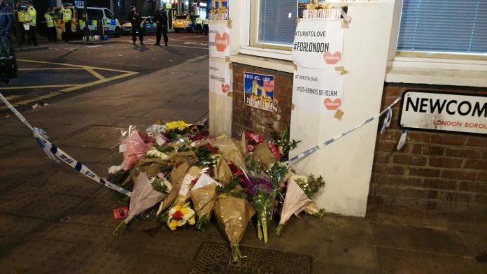 Flores y mensajes de apoyo en London Bridge. Elizabeth Santana.