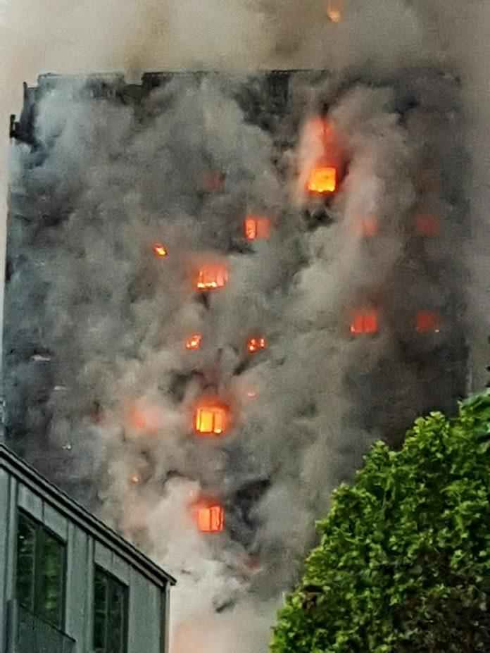 Incendio en un edificio de apartamentos cercano a la estación de Latimer Road. Andrea Gurau.